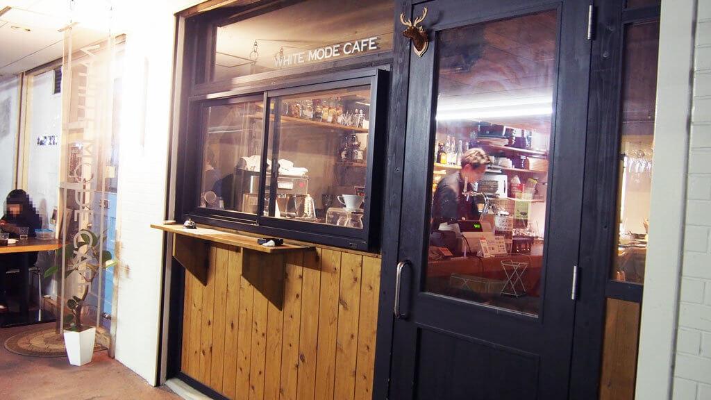 店先のカウンターではコーヒーのテイクアウトも可